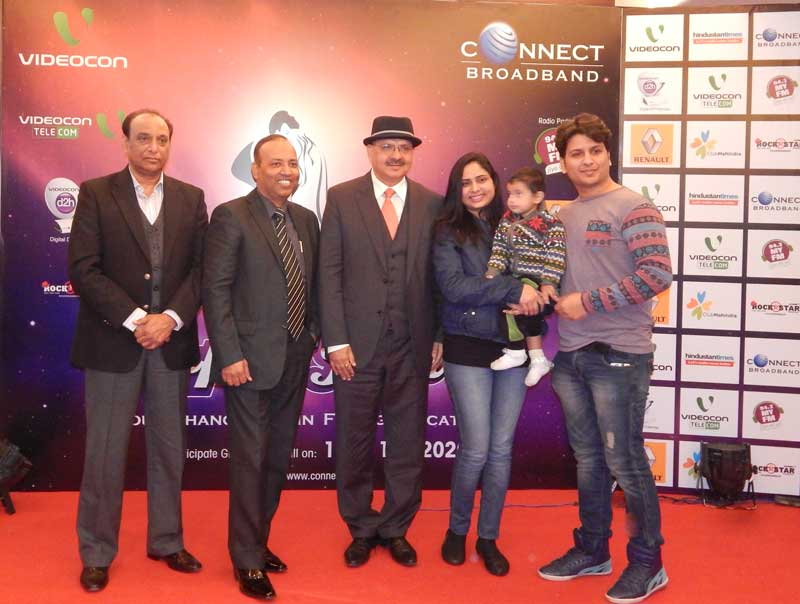 Mr.-Arvind-Bali,-Director-and-CEO,-Connect-Broadband-&-Videocon-Telecommunications-Ltd-with-ex-wonner-during-mega-launch-of-Connect-Super-Jodi--Season-3