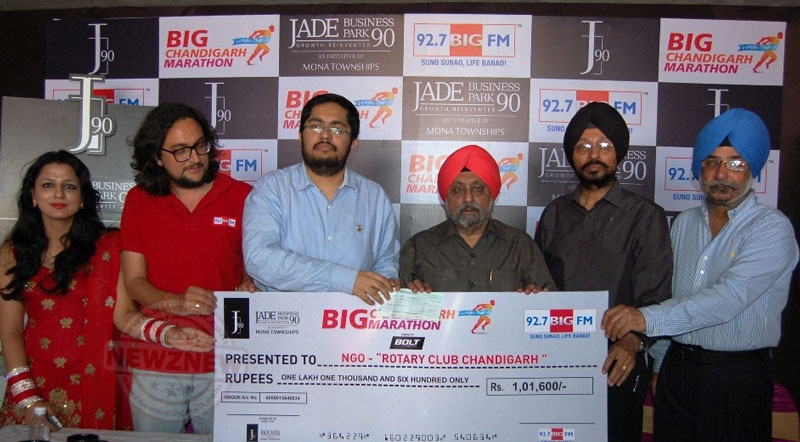 (L-R)-Mr-Sagar-Setia,-Director,-Mona-Townships-provate-Limited-(3rd-from-left)-donating-a-cheque-of-Rs-1-Lakh-to-Mr-Paramjit-Singh,-President,-Rotary-Club,-Chandigarh-at-a-ceremony-at-J90,-Mohali