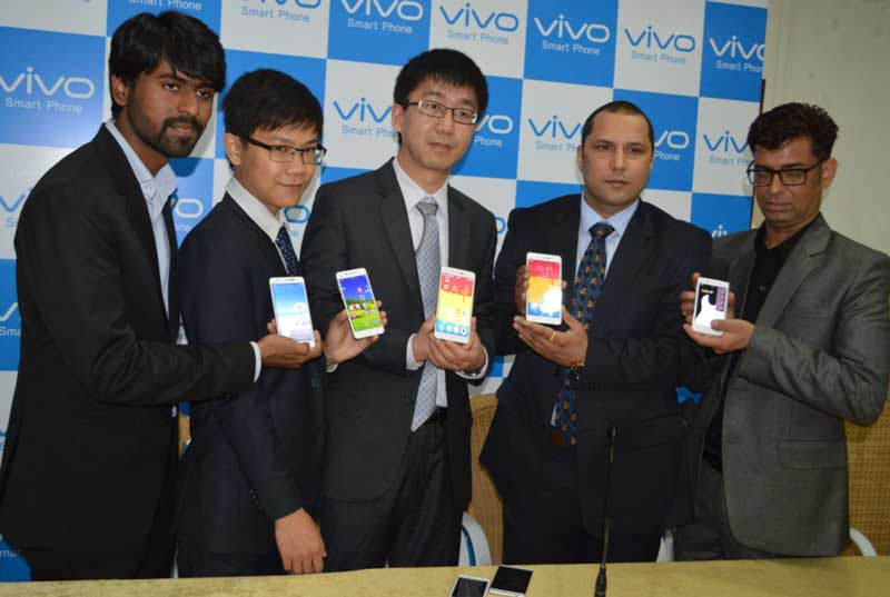 Mr.-Jerome-Li-GM-Vivo-Punjab,-Mr.-Evan-Kung-Executive-Assistant-to-GM-&-Mr.-Bhushan-Kumar-Sharma-Zonal-Sales-manager-Vivo--alongwith-other-officials--at-the-launch-of-Vivo-X5max-World's-slimmest-phone