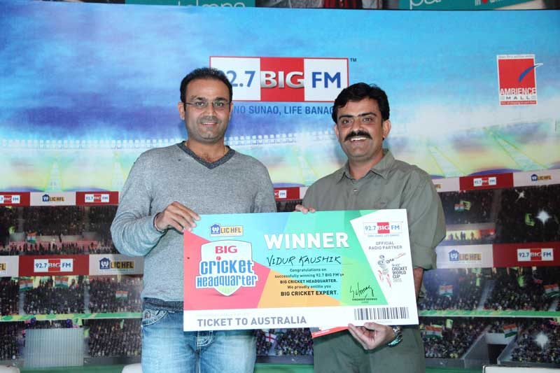 Virendra-Sehwag-with-the-winner-Vidur-Kaushik-for-Cricket-ka-BIG-Headquarter