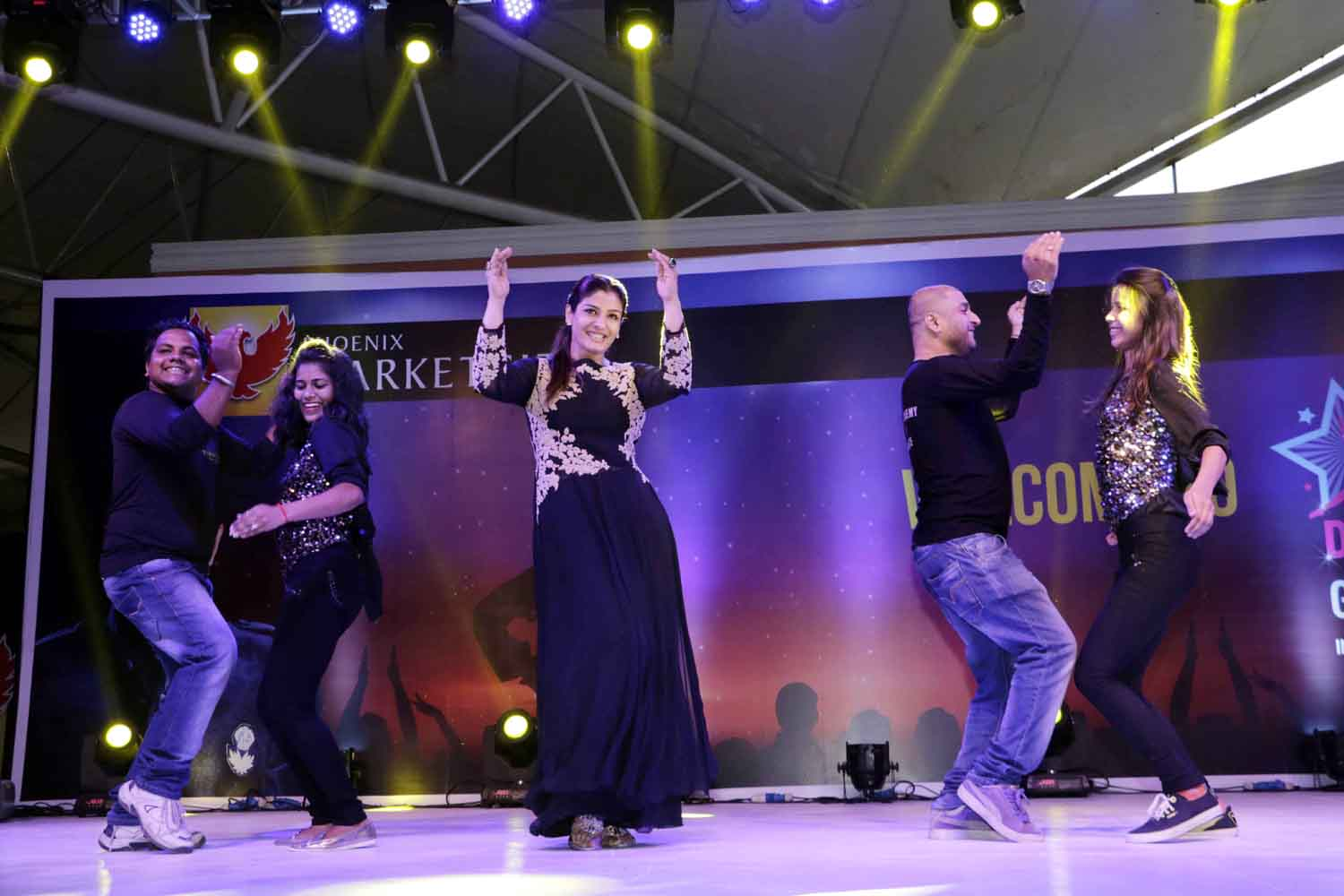 Raveena Tandon Performing 3(1)