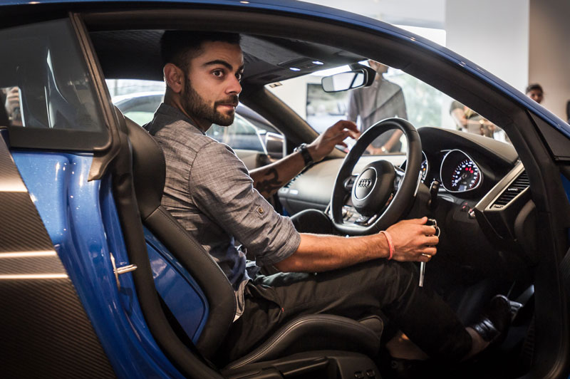 Joe-King,-Head-Audi-India-delivers-the-limited-edition-Audi-R8-LMX-to-Ace-Cricketer-virat-Kohli-4