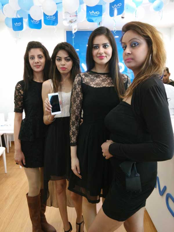Models-showcasing-the-Vivo-smartphones-during-the-exclusive-store-opening-of-VIVO-at-Chandigarh..