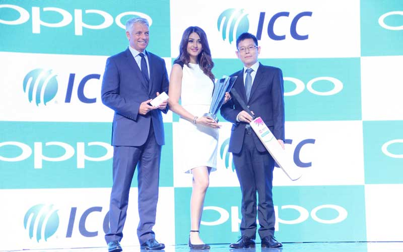 L-to-R-Mr.-David-Richardson,-CEO,-ICC,-Ms-Aditi-Arya,-Miss-India-2015-and-Sky-Li,-OPPO-Global-VP,-MD-of-International-Mobile-Business-and-President-of-OPPO-India-celebrating-Global-Partnership