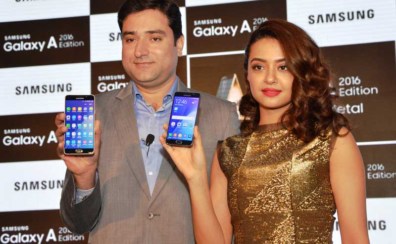 Bollywood-actress-Surveen-Chawla-launching-Samsung-Galaxy-A5-and-A7-2016-with-Vishal-Kaul,-Category-Head,-Mobile-Business,-Samsung-India-Electronics..