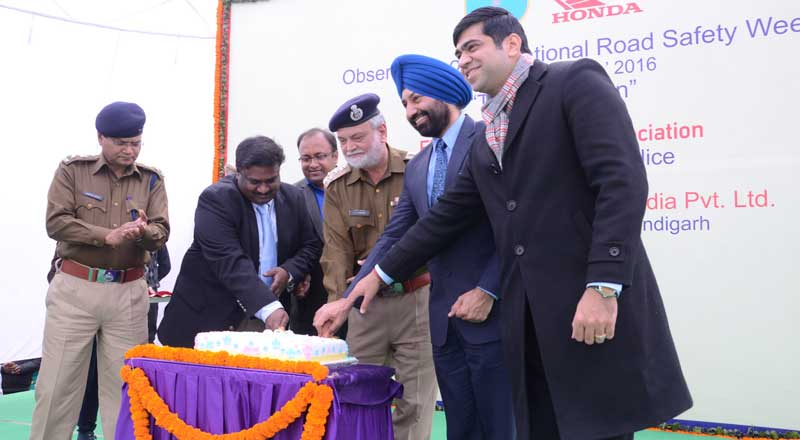 Honda-Officiails-and-Chandigarh-Traffic-Police-Celebrating-First-Anniversary-of-Children's-traffic-park
