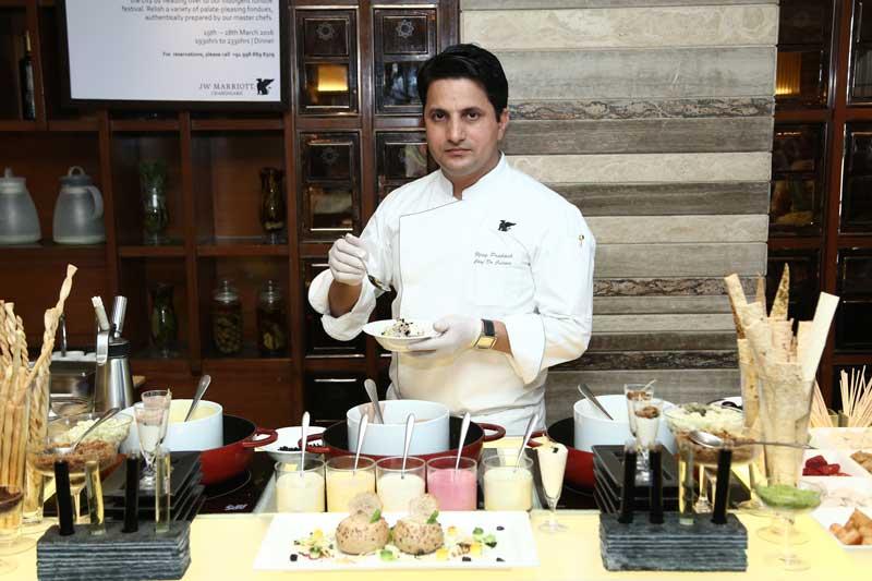 1.-Chef-Vijay-Prakash-at-the-Live-Fondue-Counter-at-JWMC