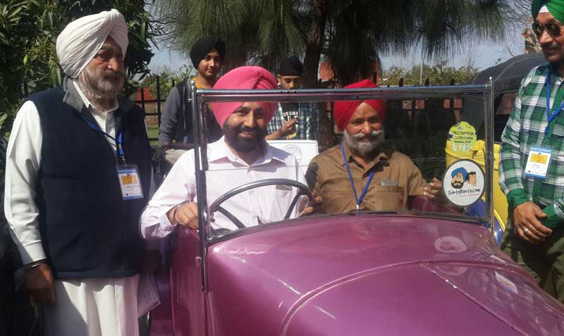Chandigarh-Police-SSP-Sukhchain-Gill-trying-hands-on-Vintage-Car-at-6-th-Santa-Banta-.-com-Vintage-and-women--Car-Rally