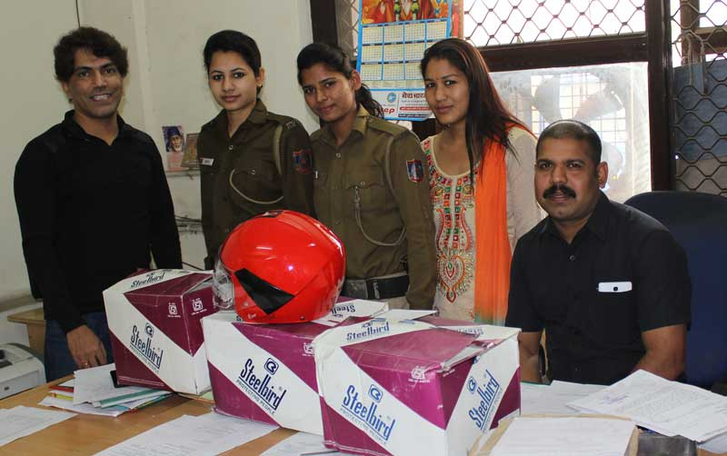 Helmet-Distribution-at-Ashok-Nagar-Thana-Delhi
