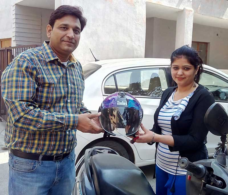 Steelbird-Group-Head-Mr.-Shailendra-Jain-distributing-Ladies-Helmets-2