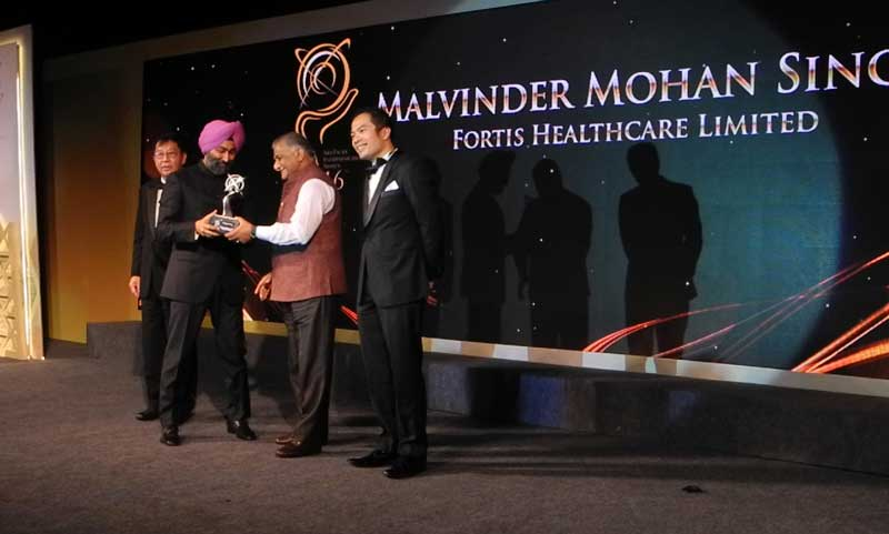 Mr-Malvinder-Mohan-Singh-of-Fortis-receiving-the-APEA-award-from-Gen-V-K-Singh,-MoS-External-Affairs,-Government-of-India