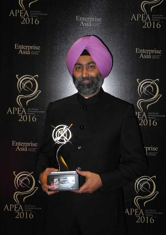 Mr-Malvinder-Mohan-Singh-with-the-APEA-Entrepreneur-of-the-Year-Award