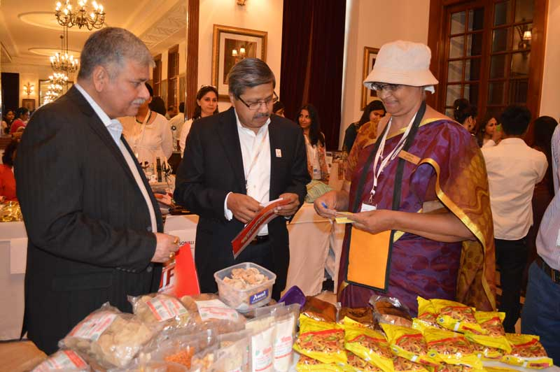Mr.-Krish-Iyer-(Centre)-Interacting-with-woman-entrepreneur
