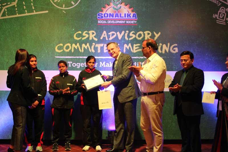 Ambassador-of-Ireland-to-India,Mr.-Brian-McElduff,-felicitating-Johri-girls