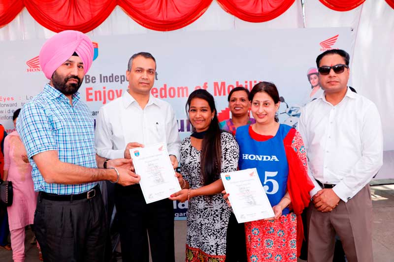 HMSI-Honda-and-Chandigarh-police-officials-giving-Safety-Riding-certificates-to-Women-Riders-in-Children-Traffic-Park,-Chandigarh