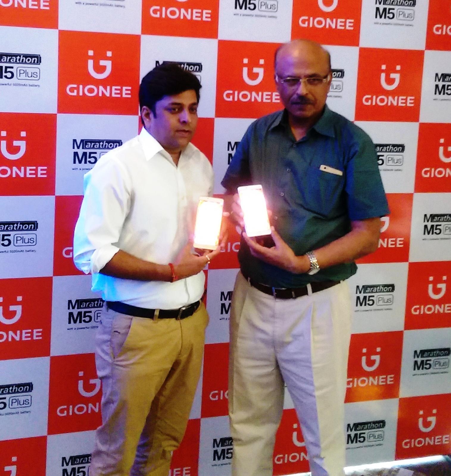 (L-R)-Mr. Alok Srivastava_Regional Director_North with Anil Sharma, Head Distributor, Punjab and Mr.Anil Sharma Pic1