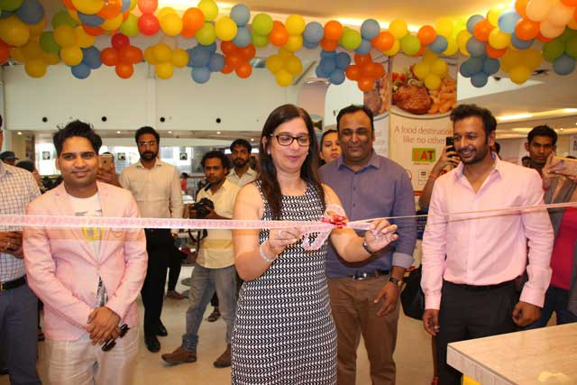 Ms.-Benu-Sehgal,-Sr.-Vice-President,-DLF-Place-Mall,-Saket-inaugurates-the-store-along-with-Co-founders-Lav-Trivedi,-Abhishek-Aggarwal,-Ujjwal-Aggarwal---Copy