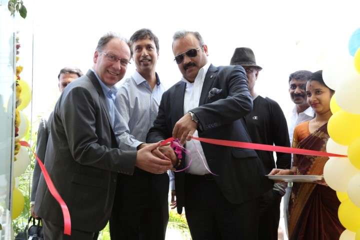 Ribbon Cutting of Renault Selection by Mr. Sumit Sawhney, Country CEO and Managing Director, Renault India Operations (Small)