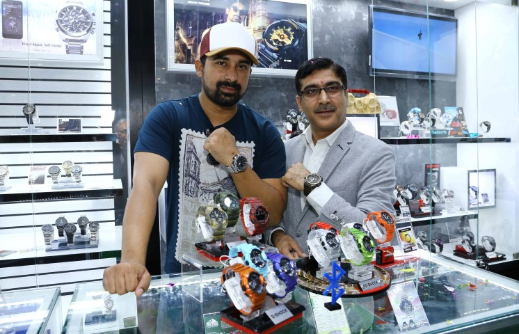 2_Rannvijay Singh, Youth Icon, TV Presenter and Roadie while Kulbhushan Seth, VP, Casio India inaugurating the Casio exclusive store at Elante (Small)