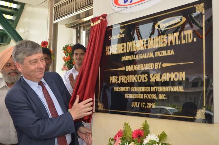 Francois Salamon unveling the plaque_Tetra Pak (Small)