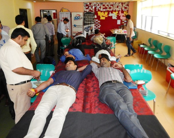 Volunteers donating blood during Blood Donation Camp organised by Connect Broadband on the occasion of Raksha Bandhan_2 (Small)