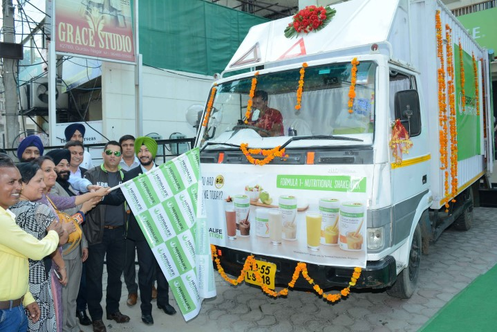 """Mr Ajay Khanna – Vice President and General Manager, Herbalife International India alongwith the team flagging off the """"Sales Centre on Wheels"""" in Ludhiana (3) (Small)"""