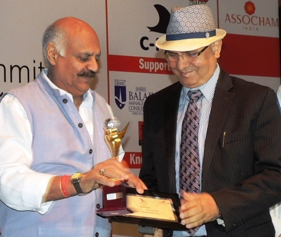 mr-arvind-bali-ceo-connect-broadband-videocon-telecom-receiving-leadership-award-from-shri-v-p-singh-badnore-honble-governor-punjab-small