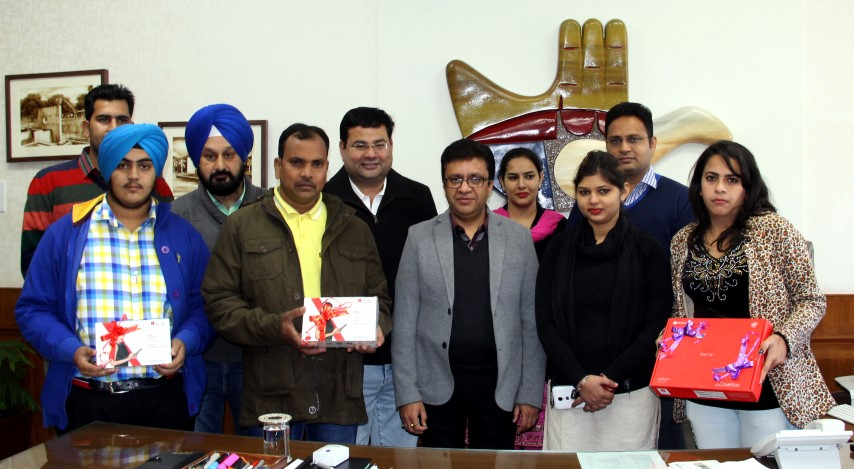 UT Home Secretary, Shri Anurag Agarwal alongwith senior officers posing with the lucky winners of 3-day Chandigarh Carnival-2016 organized by the Department of Tourism and Aryans Group of Colleges Chandigarh at UT Secretariat, Chandigarh on Tuesday, December 13, 2016.