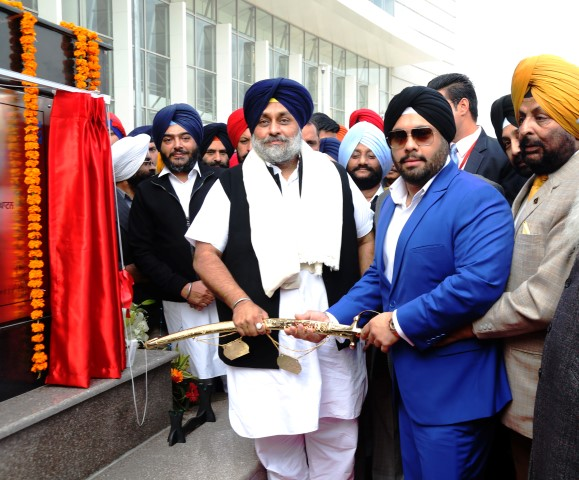 jaideep-singh-johar-director-cc-constructions-presenting-a-sword-to-deputy-cm-sh-sukhbir-singh-badal-at-the-inauguration-of-mohali-isbt_1-small