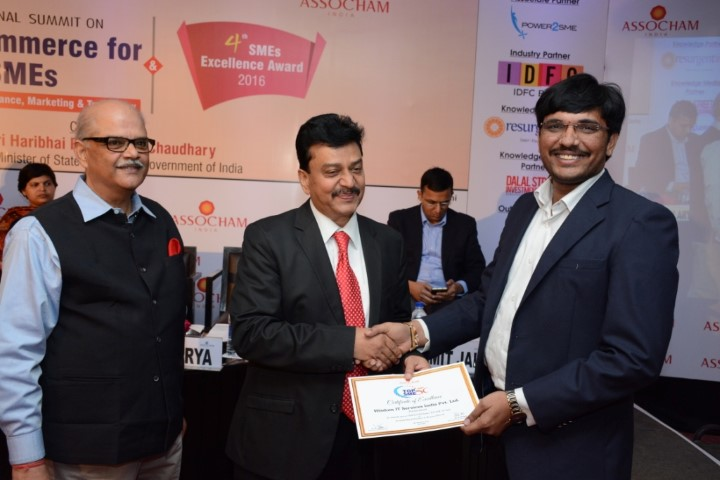 mr-ajay-kolla-founder-ceo-of-wisdomjobs-com-receiving-the-certification-from-mr-arun-jain-senior-managing-committee-member-assocham-small