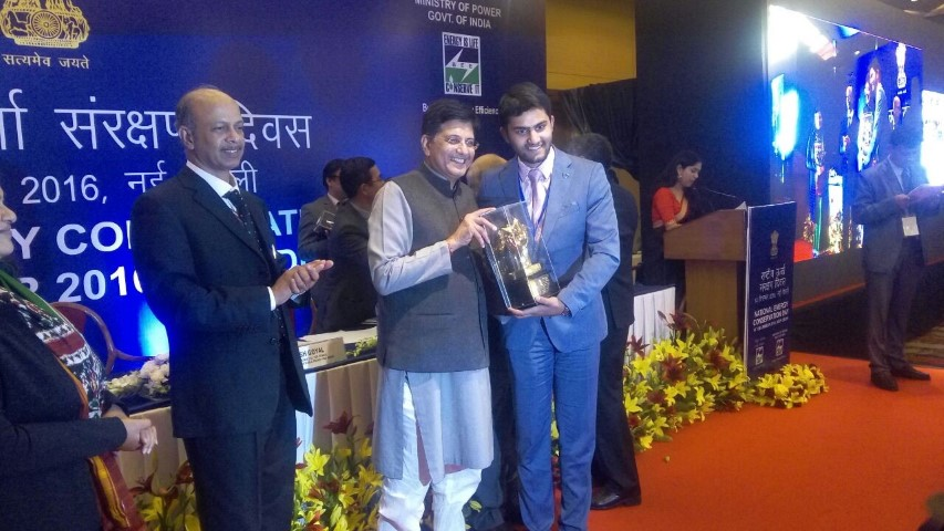 videocons-akshay-dhoot-recieving-the-national-energy-conservation-award-2016-from-honorable-minister-piyush-goyal-small