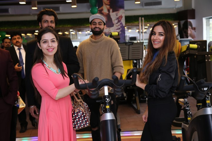 L-R Dr. Simer Kaaur, Owner Oxizone with renowned model and celebrity Sara Gurpal (Small)