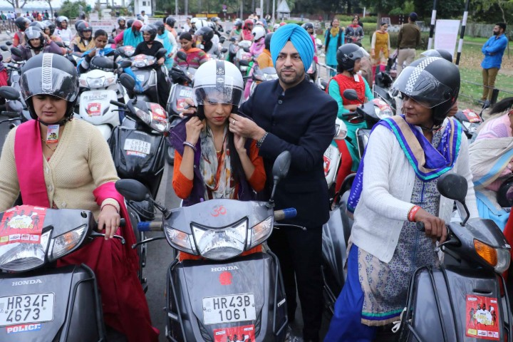 Photo 1_Mr. Swaran Singh Sandhu, Managing Director Raffles Educity (I) Pvt. Ltd distributing helmets to women riders (Small)