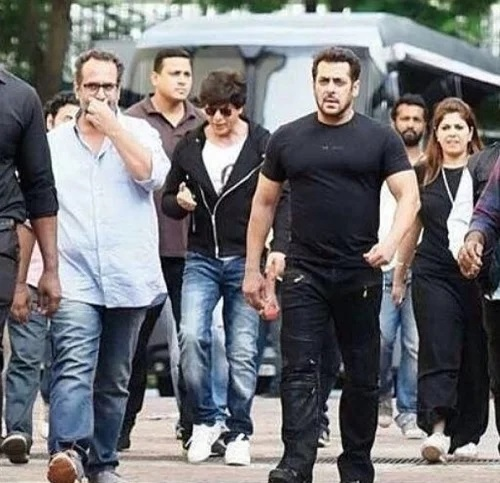 What-SRK-Gifted-To-Salman-Khan-For-Doing-Cameo-In-His-Movie-Will-Make-You-Wow
