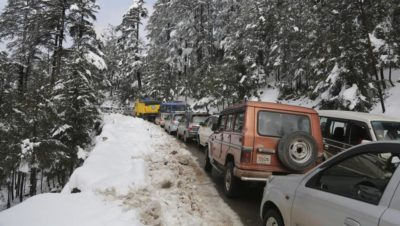 Snowfall, rain shut Jammu-Srinagar highway